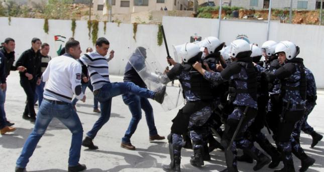 מפגינים מתעמתים עם שוטרים פלסטינים בבית לחם ביום שישי האחרון