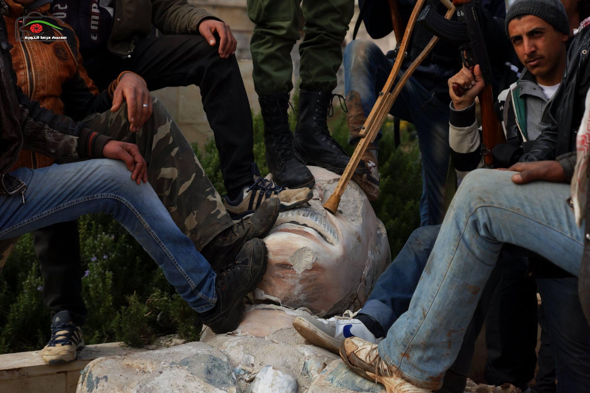 המורדים מפילים את פסלו של חאפז אל אסד בדראע שבסוריה ביולי 2011